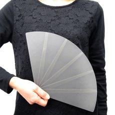 画像4: プラスチック扇子 半透明グレー飛沫防止 (4)